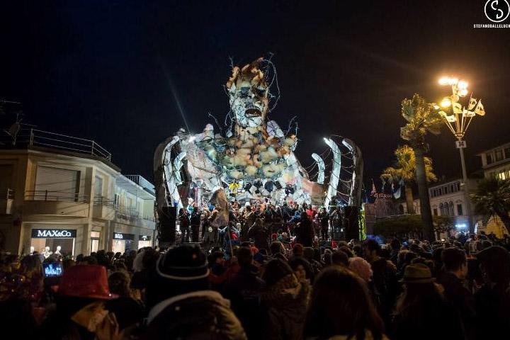 Carnevale di Viareggio  notturna